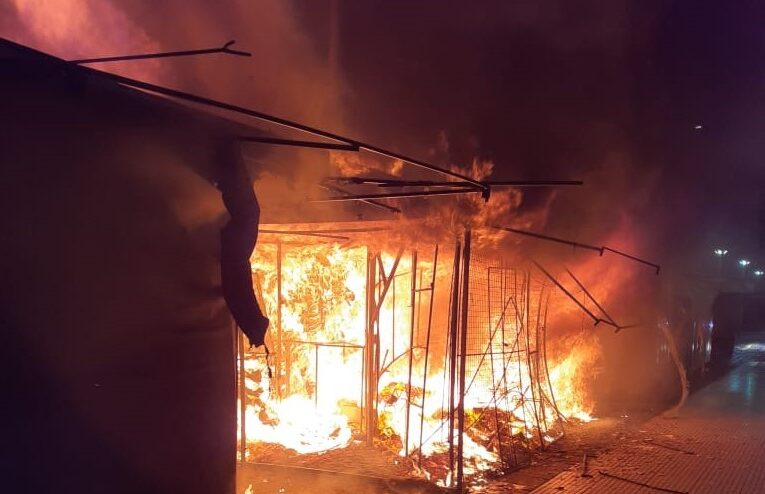 San Luis: Se incendiaron puestos comerciales en el Paseo del Padre