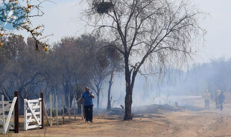 Villa de Merlo: Incendio en un descampado casi arrasa casas de un barrio