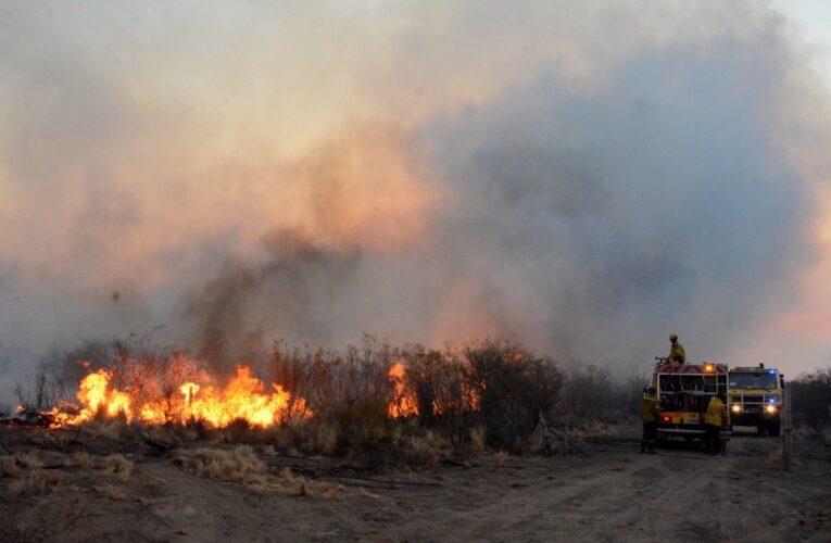 Controlaron cuatro incendios pero sigue activo uno en Villa de la Quebrada