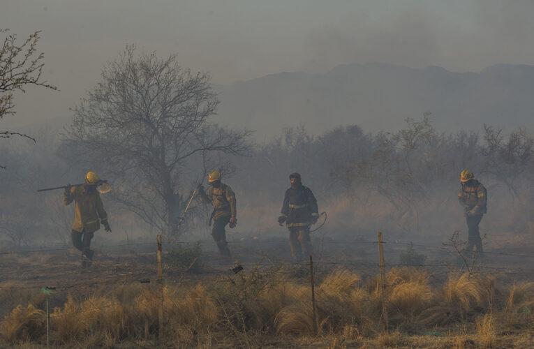 Siguen combatiendo un complejo incendio en las sierras de Los Molles y El Suyuque