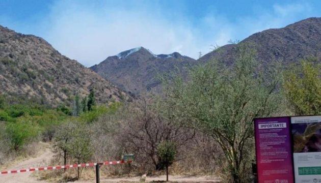 Continúan activos focos de incendio forestales en las sierras de Luján y San Martín