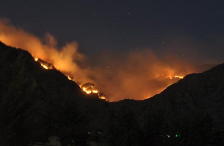 Continúa activo el fuego al norte de las sierras centrales