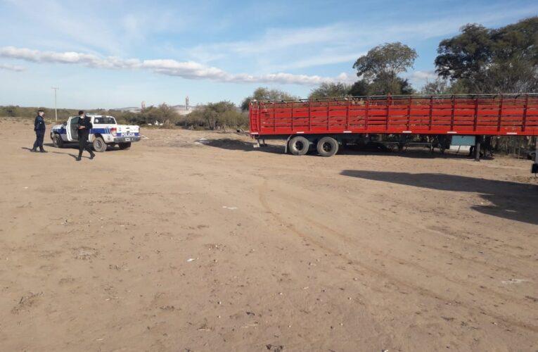 Un semi remolque que había sido sustraído en la ciudad de San Luis estaba en un campo de La Calera