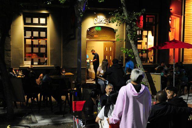 Flexibilización de restricciones: Desde el próximo lunes, bares y restaurantes podrán funcionar con un 50% de ocupación en espacios cerrados
